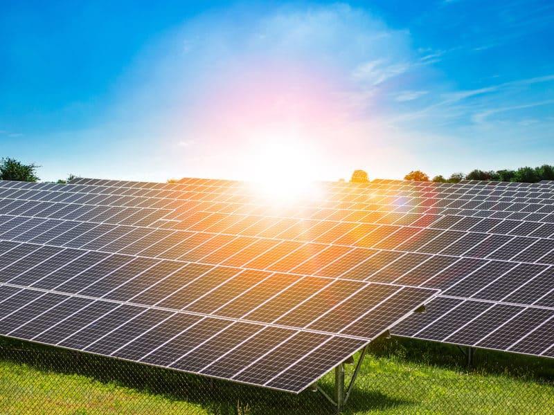 Zonnestroom is nu goedkoper dan de alternatieve fossiele brandstoffen kolen en gas, welke bijdragen tot de klimaatopwarming.