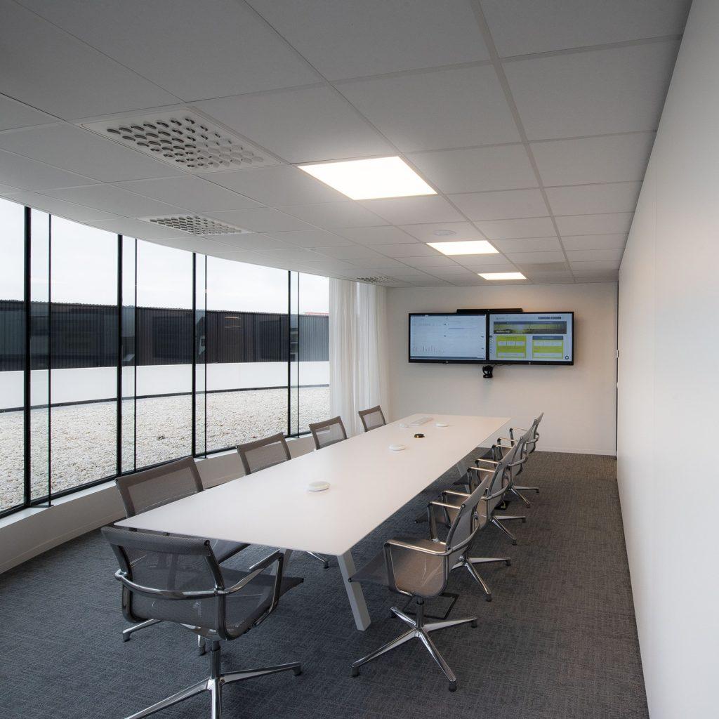 Yuso verhuist naar een nieuw kantoor met teleconferencing apparatuur: Waterfront in Waregem